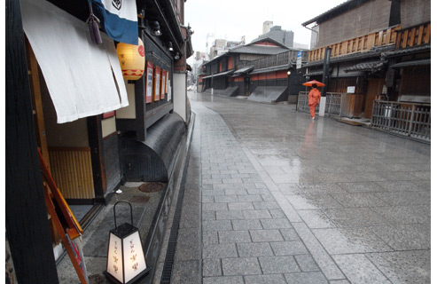 The 24 mm wide angle of view enhances perspective, highlighting textures and bringing out the unique flavor of a rain-soaked Hanami-Koji (Kyoto)