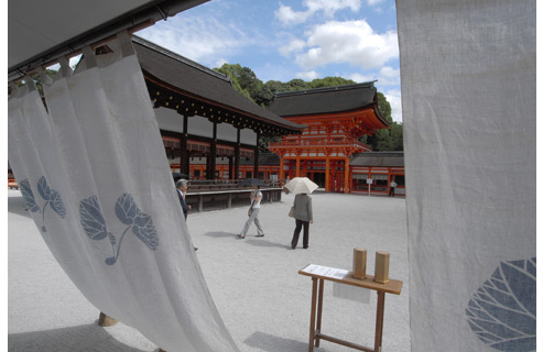 24 mm wide-angle brings the grounds of the shrine to life and sharpens the entire range, both foreground and background.